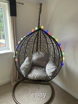 Oeuf Simple Suspendu De Chaise De Patio De Balance De Rotin Avec Le Cocon Intérieur Et Extérieur De Coussin